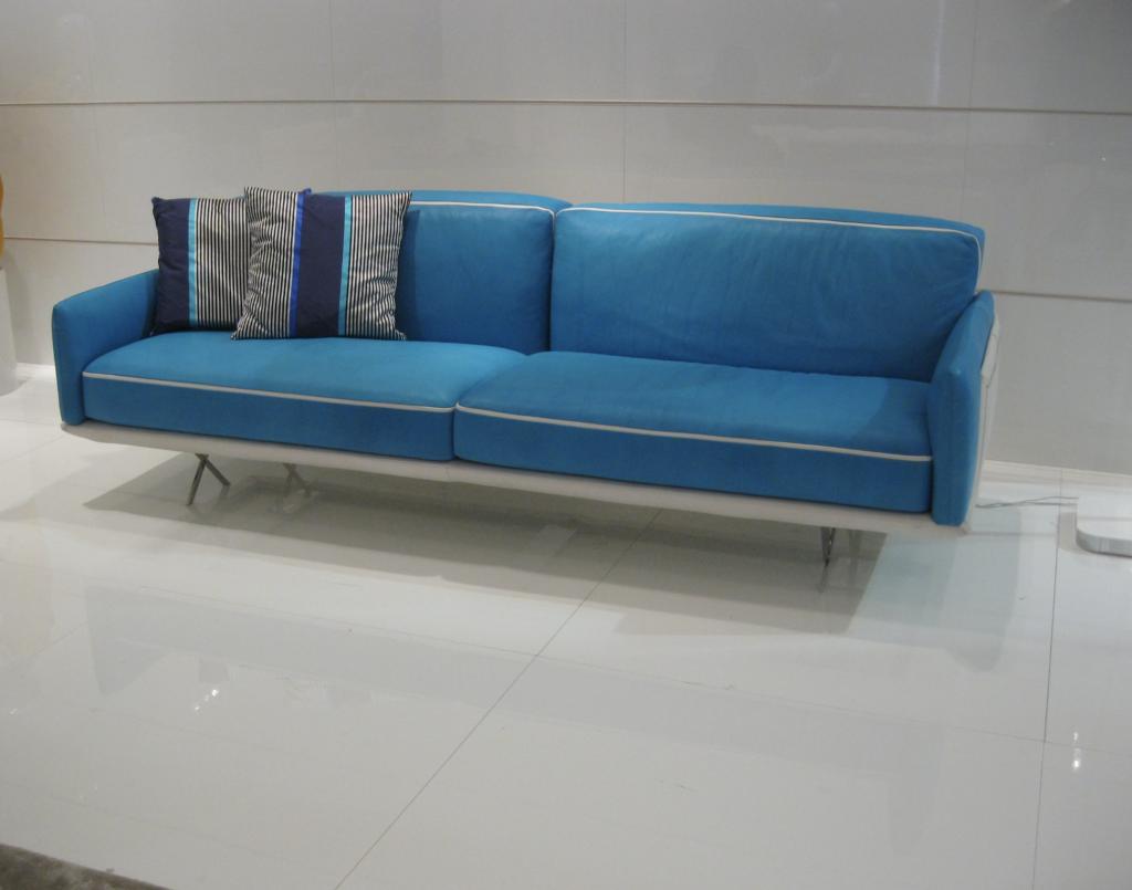 abitare-ai-tempi-del-coronavirus-divano comodo-blu