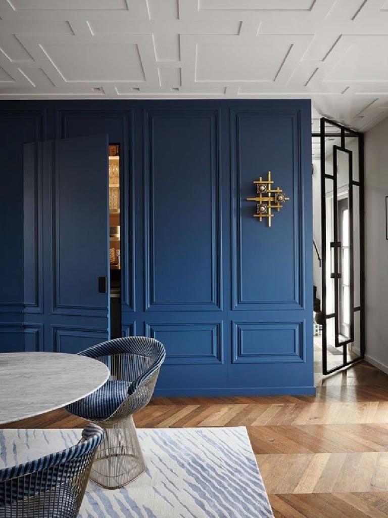 Boiserie in stile classico contemporaneo colore blu intenso
