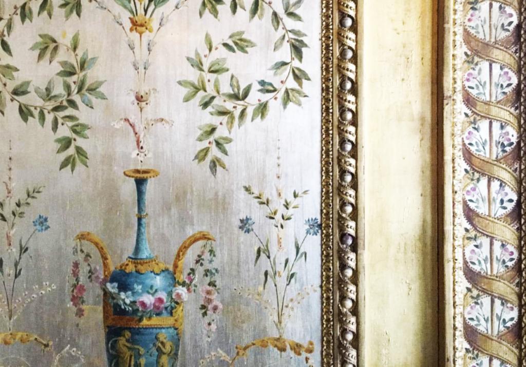 boiserie in stile italiano con pitture in stile antico