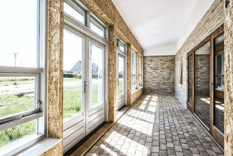 particolare dell'interno della upcycle house con le pareti in legno OSB