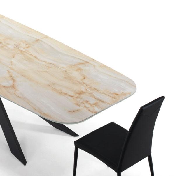 tavolo con superficie in marmo e angoli smussati di lazzaro