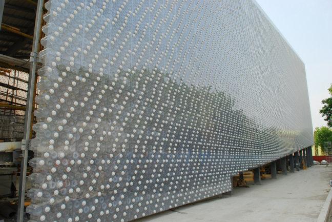Particolare dei mattoni dell'edificio, creati dalle bottiglie di plastica