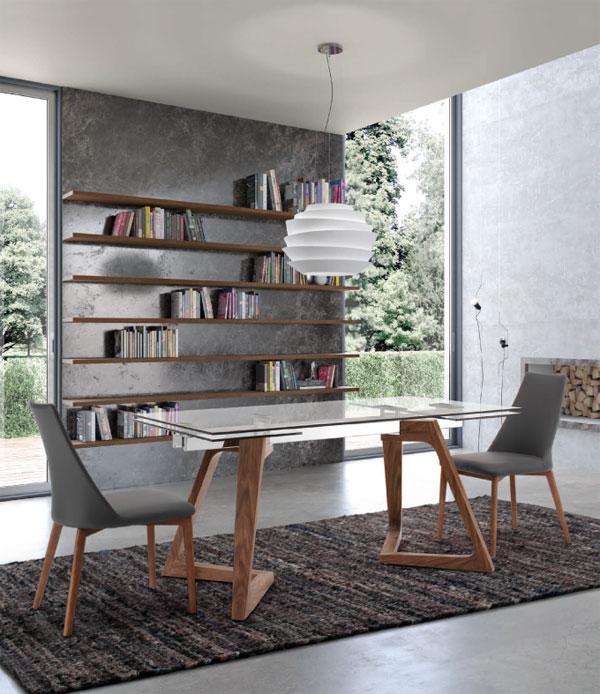 Tavolo rettangolare in vetro e gambe in legno. Di Lazzaro.