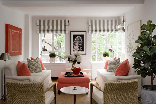 Living coral: Arredamento con cuscini e puff color corallo