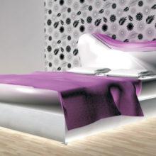 concept design di letto matrimoniale con spalliera asimmetrica bianco e glicine